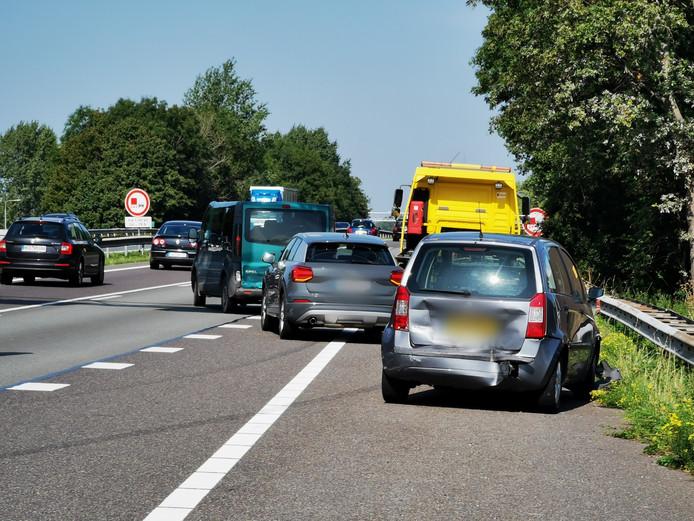 Door een ongeluk met drie auto's is er flinke vertraging op de A12 tussen de Duitse grens en Zevenaar.