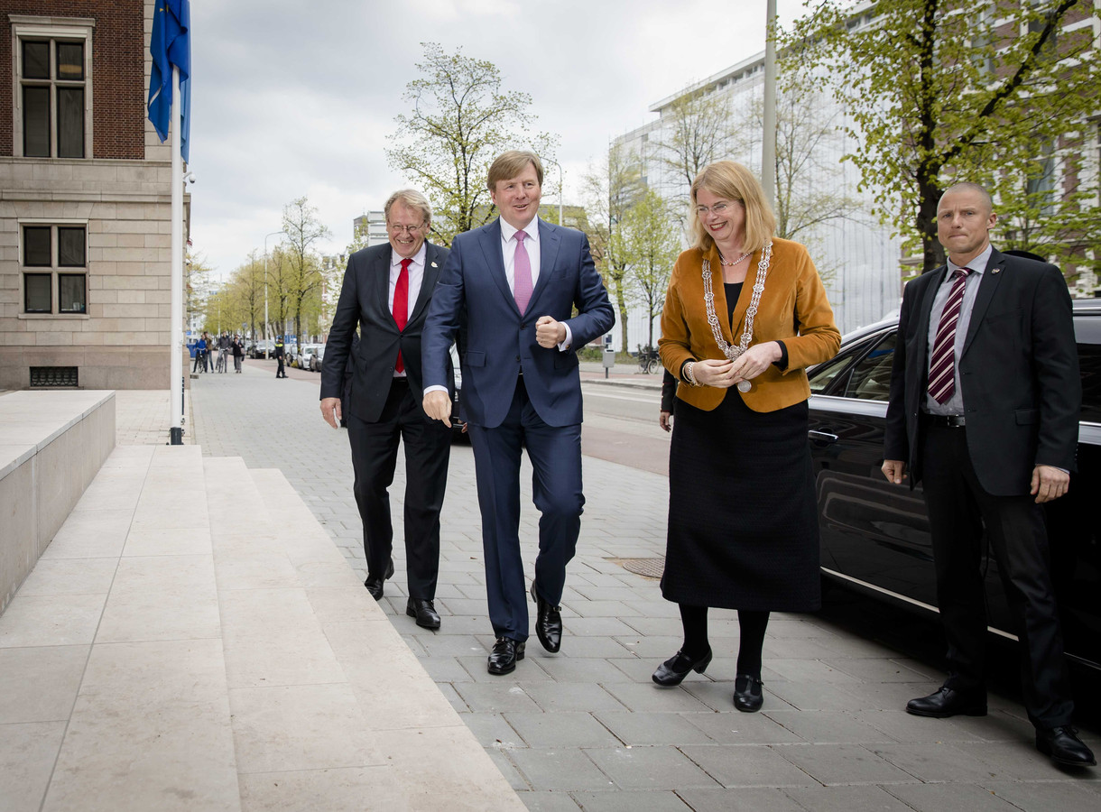 Koning Willem-Alexander wordt verwelkomd door Commissaris van de Koning Jaap Smit (links) en burgemeester Pauline Krikke van Den Haag (rechts).