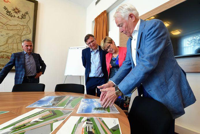 Hans Remie (r) legt het ontwerp uit aan wethouder Ger de Weert en burgemeester De Vries.