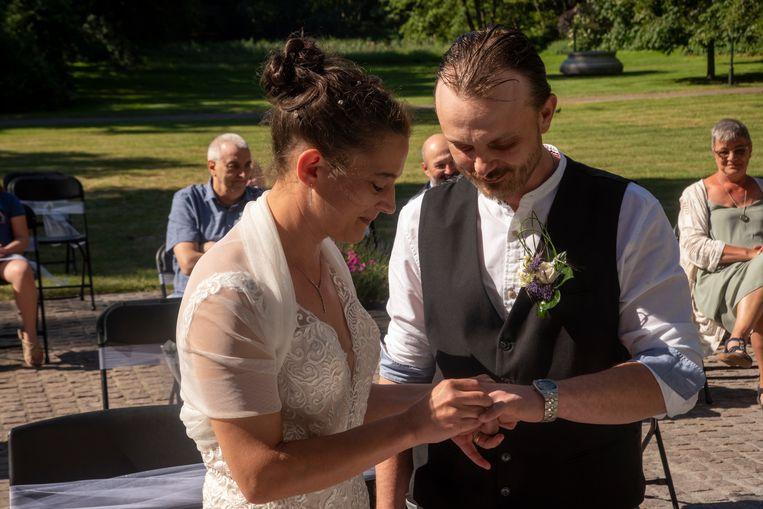 Björn en Karen geven elkaar het ja-woord in het Reinaertpark.