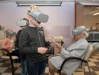 Scholieren en senioren testen samen VR-bril uit