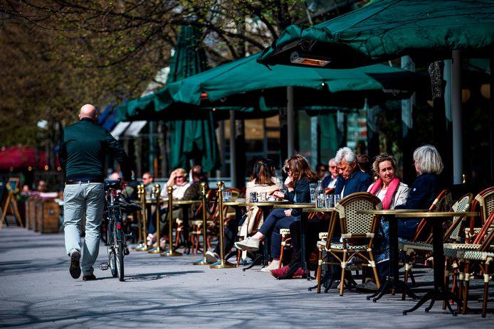 Straatbeeld in Stockholm waar de horeca gewoon open is.