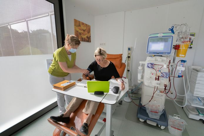 Mieke de Bruin en verpleegkundige Petra Zijlmans in de nieuwe dialysehub in zorgcentrum Valkenhof in Valkenswaard.