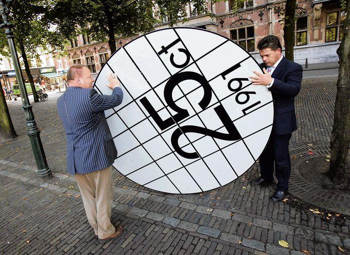 Het Kwartje van Kok komt altijd terug. Hier 'ontmantelen' pomphouders van de belangenvereniging van Nederlandse tankstations BETA het kwartje symbolisch, in Den Haag 2005.