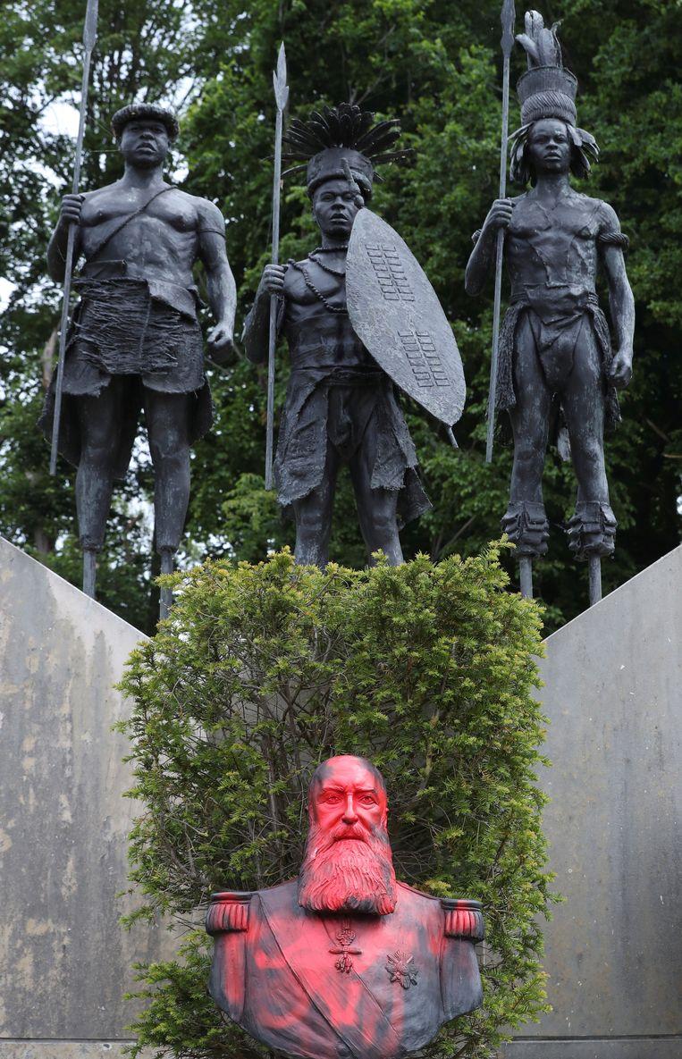 Het beeld van de Belgische koning Leopold II in het park van het Africa Museum in Tervuren werd beklad met graffiti. Beeld REUTERS