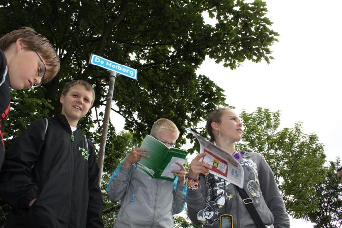 Kinderen van de Sint Martinusschool kijken op de hoek van De Heiberg en het Oud Kerkpad aan de rand van Schijf hoe ze vandaar moeten gaan lopen. foto's Henk den Ridder