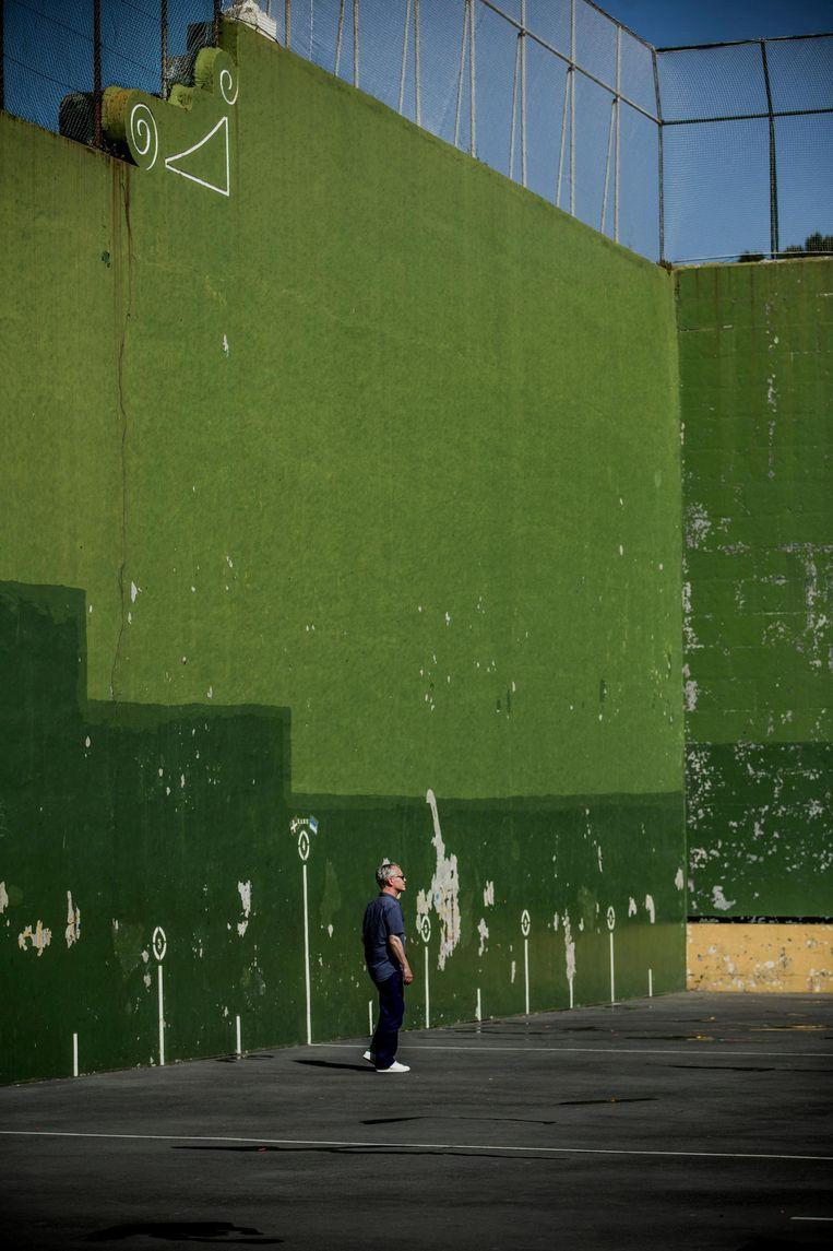 Elk dorp in het Baskenland heeft er een, een hoge muur waartegen de Baskische nationale sport wordt beoefend: pelota. Aguirre: