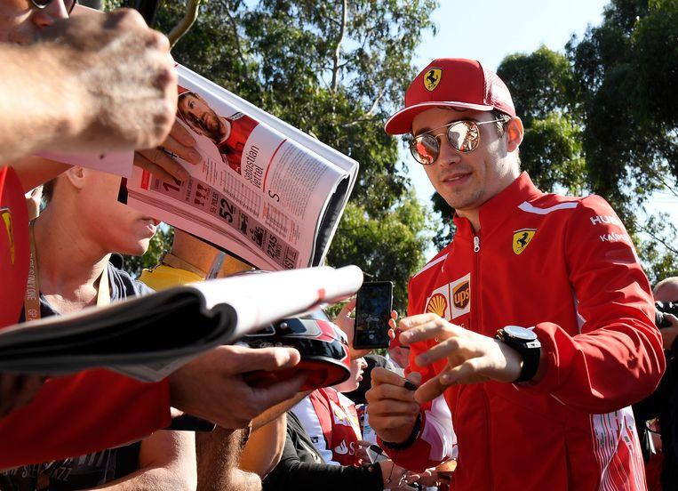 Leclerc nog een tikkeltje onwennig bij de jacht van fans op een handtekening.