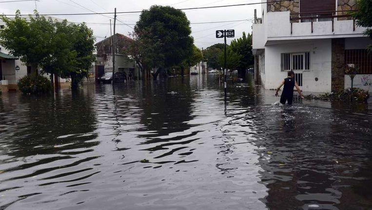 Een overstroomde straat in La Plata, 63 km ten zuiden van Buenos Aires Beeld afp