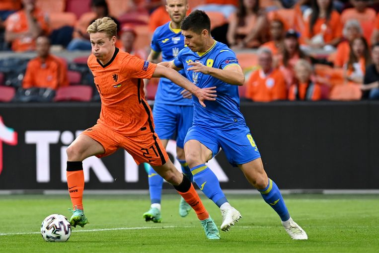 Frenkie de Jong in duel met Ruslan Malinovskyi. Beeld AP