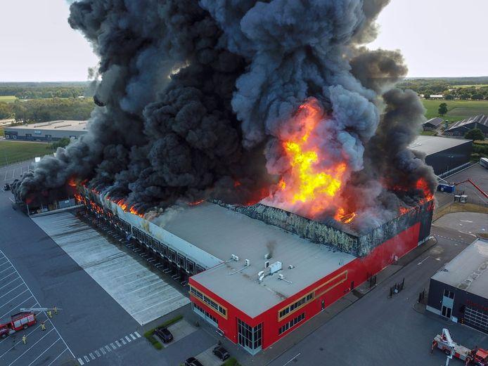 De brand in Hapert van boven gezien.