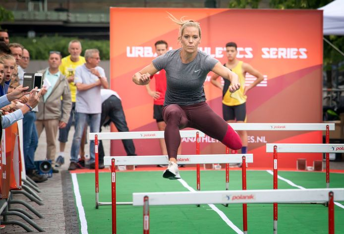 Atlete Nadine Broersen afgelopen zomer bij demonstratie hordelopen in de Willemstraat in Breda.