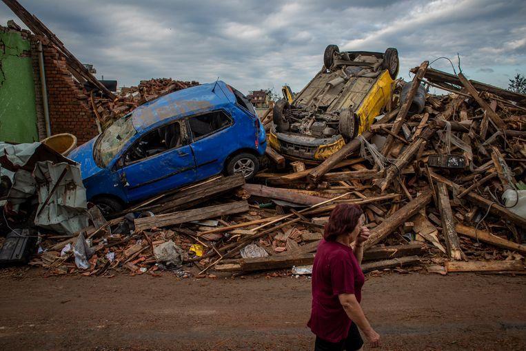 De ravage vrijdagochtend nadat de tornado over het dorpje Mikulcice was getrokken. Beeld EPA