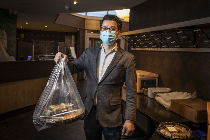 Patrick Pan van restaurant Pan die gedwongen door de horeca alleen met afhaalmaaltijden nog wat omzet maakt.