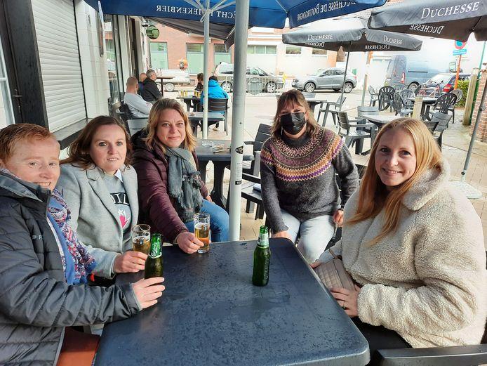 Romina Verschuere (31), Anja Staelens (47), Sheryl Vanhoutte (41) en Sylvie Boone (41) kwamen om zaakvoerster Tanja (met mondmasker) te steunen.