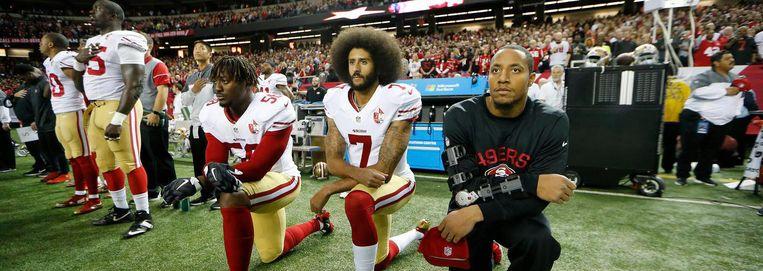 September 2016: Colin Kaepernick (nummer 7) en Eric Reid weigeren op te staan voor het Amerikaanse volkslied. Beeld AP