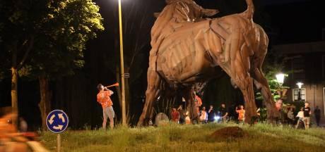 Oranjefans vieren een feestje bij de Stier na winst