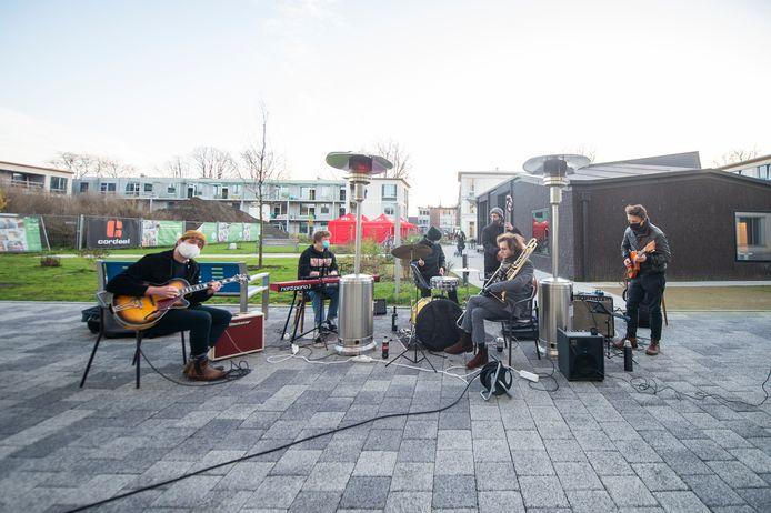 Studenten Jazz van het Antwerpse conservatorium trakteerden de bewoners en het personeel van WZC Gitschotelhof op een jazzsessie.