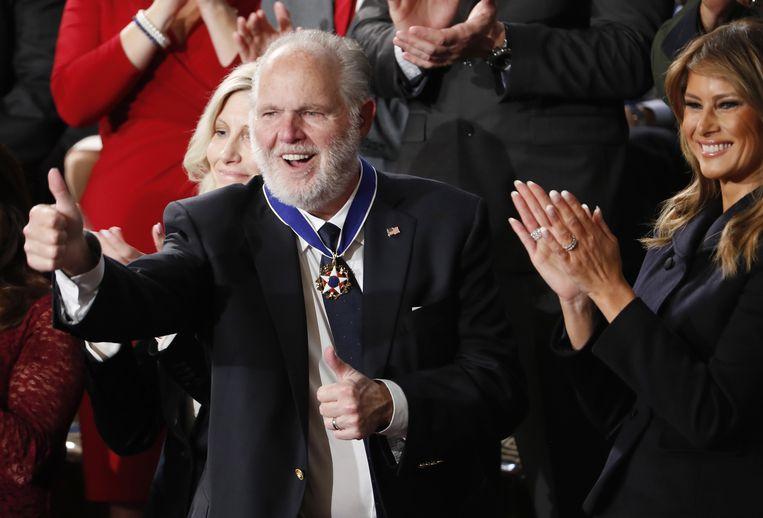 Rush Limbaugh staat naast de first lady Melania Trump als president Donald Trump hem vorig jaar de presidentiële vrijheidsmedaille toekent tijdens de 'State of the Union', de gezamenlijke zitting van het Huis van Afgevaardigden en de Senaat .  Beeld EPA
