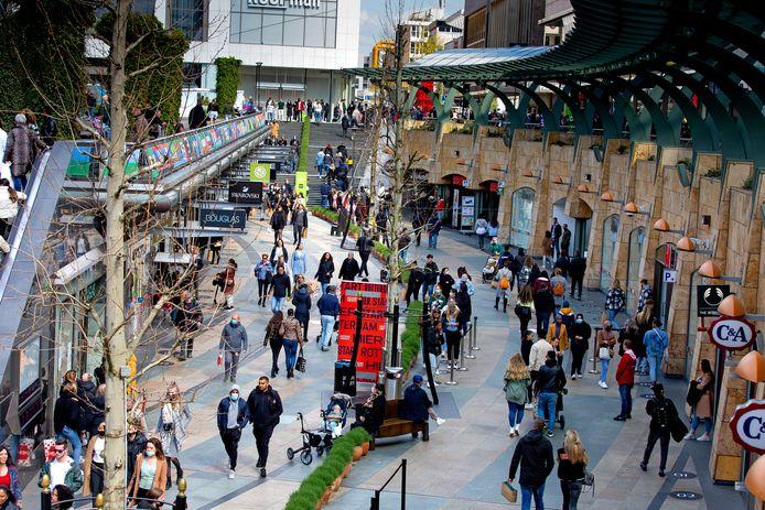 Mensen in winkelstraat Beurstraverse in het centrum van Rotterdam.