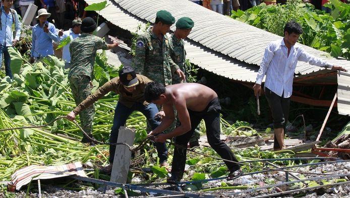 Reddingswerkers schieten te hulp na het instorten van de fabriek.