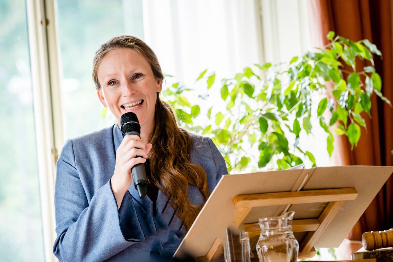 Trouwambtenaar Eva Schuurman huwde al tien homostellen. ,,Je gunt iedereen de liefde van zijn of haar dromen. En ik ben zó blij dat dat bij ons in Bronckhorst zo mooi kan.''