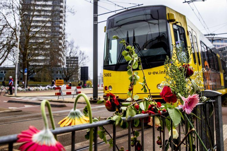 Bloemen op de plek waar drie mensen om het leven kwamen door een aanslag in een tram.  Beeld Patrick van Katwijk, ANP