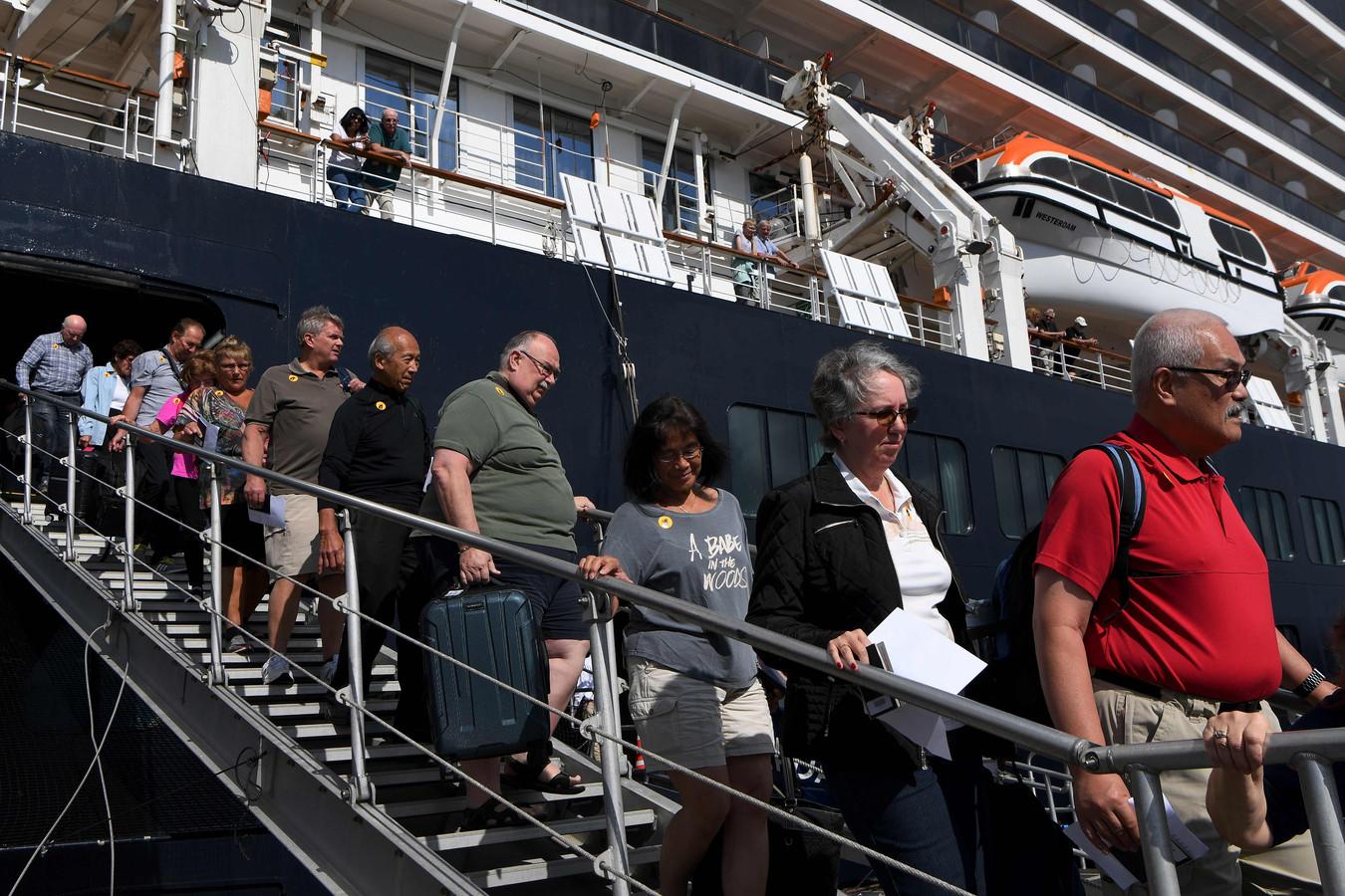De passagiers van de Westerdam mochten gisteren dan eindelijk van boord in de haven van het Cambodjaanse Sihanoukville na een noodgedwongen verblijf van twee weken op zee.
