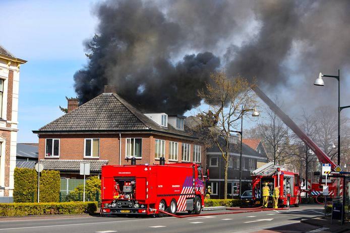 Een uitslaande brand in een bedrijfspand en woning in Apeldoorn aan de Deventerstraat zorgde voor dikke rookwolken boven het centrum van Apeldoorn.