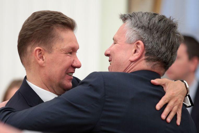 Gazprom-leider Alexei Miller (l.) ontmoet Shell-ceo Ben van Beurden. Beeld TASS via Getty Images