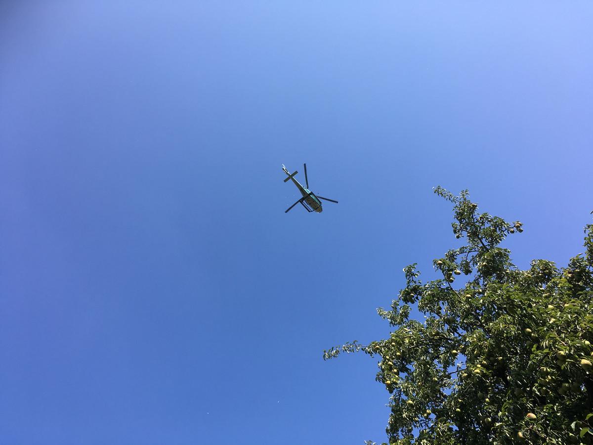 Vanuit deze helikopter zorgt Blossum voor een bloemenregen tijdens festival De Oversteek.