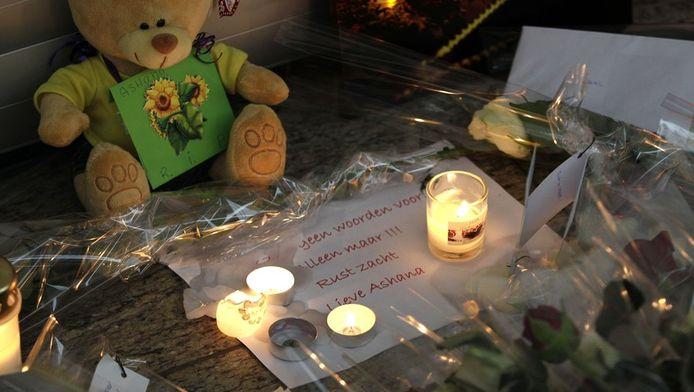 Kaarsjes, knuffels, een boodschap en bloemen bij de vestiging van C1000 in Almelo, waar Gino Paratore vrijdagavond Ashana Wahl doodschoot.
