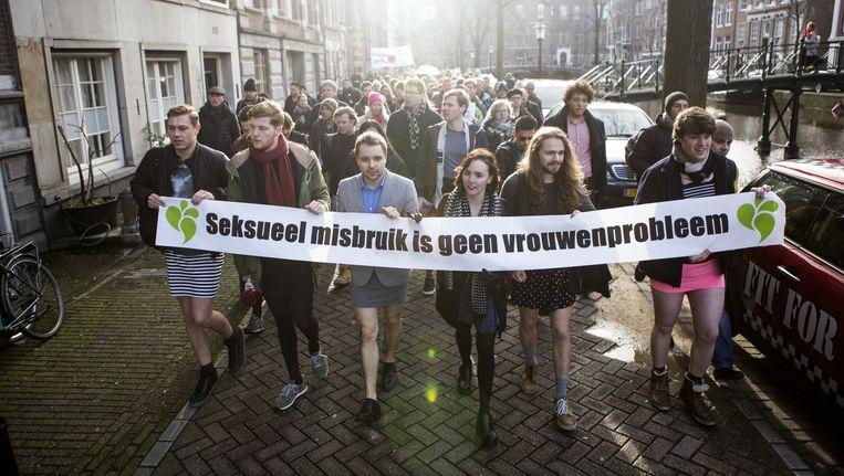 Mannen in minirok demonstreren zaterdag tegen seksueel geweld tegen vrouwen: 'Hi, ha, handen thuis!' Beeld Julius Schrank
