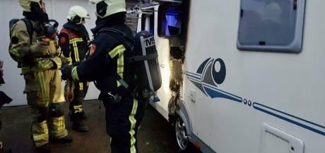 Brandweer blust brand in caravan in Tubbergen