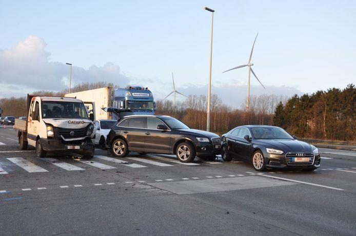 Vier wagens reden op elkaar in ter hoogte van de verkeerslichten.
