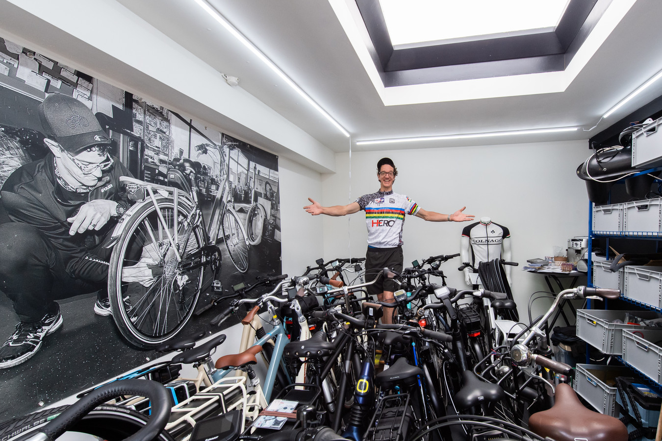 Victor Oudhoff tussen de fietsen in zijn nieuwe zaak aan het Heuveleind Oosterhout.