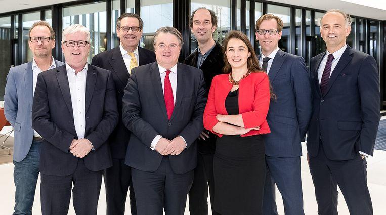 Middenvoor met rode stropdas Wim van de Donk, hier nog in functie als commissaris van de koning in Noord-Brabant, met de Leden van Gedeputeerde Staten Noord-Brabant. Beeld
