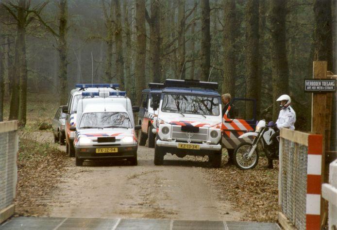 Politie en marechaussee wachten actievoerders van Faunabescherming op om te voorkomen dat die de koninklijke jacht verstoren.