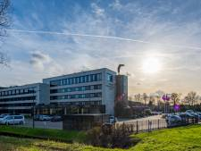 Voetbalsupporters maken spelers Willem II wakker met vuurwerk bij hotel in Nieuwerkerk