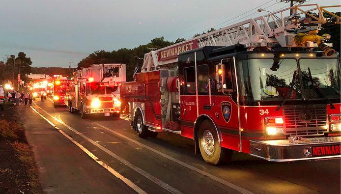 Meerdere brandweerwagens arriveren in Lawrence.