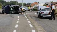 Video. Bestuurster zwaargewond nadat ze afwijkt en tegen geparkeerd voertuig knalt