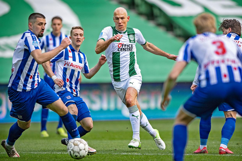 Arjen Robben tussen een handjevol spelers van Heerenveen.   Beeld Guus Dubbelman / de Volkskrant