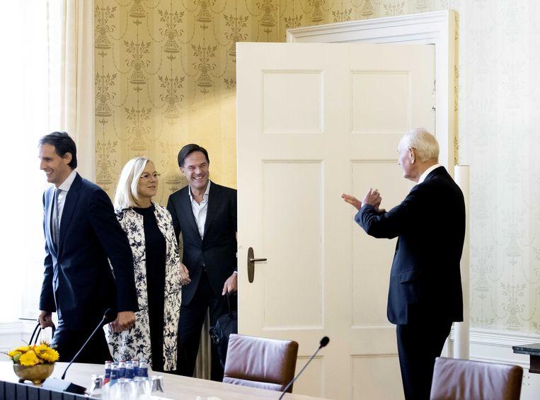 Informateur Johan Remkes met demissionair premier Mark Rutte (VVD), Sigrid Kaag (D66) en Wopke Hoekstra (CDA). Beeld ANP
