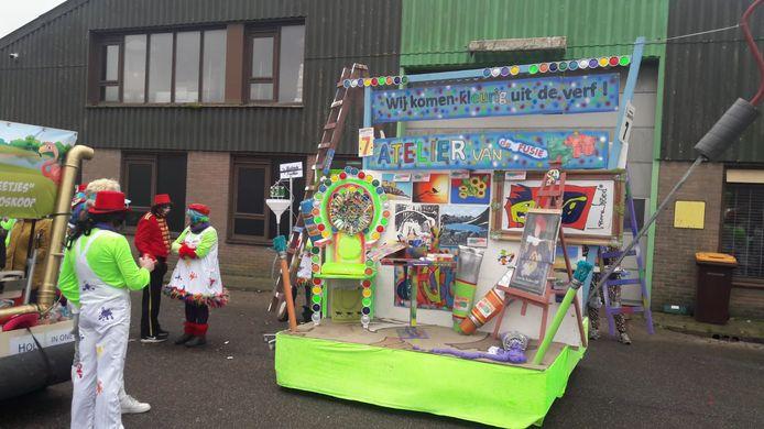 Zijwind gevoelige wagen bij carnavalsoptocht Boskoop