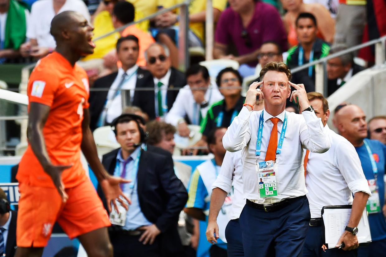 Louis van Gaal tijdens de achtste finale van het WK 2014 in Brazilië. Oranje versloeg Mexico met 2-1. Beeld Guus Dubbelman / de Volkskrant