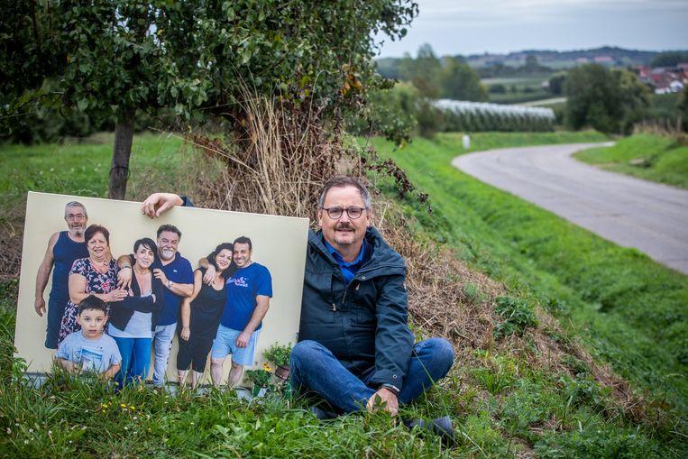 Mark Coenen met een foto van zijn Italiaanse buren De Barchetta's, in Jesseren.
