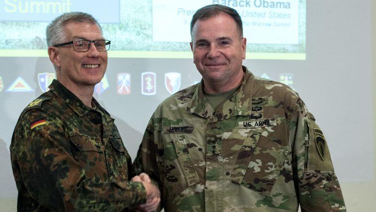 De Duitse generaal Peter Bohrer (links) met luitenant-generaal Ben Hodges. Beeld EPA
