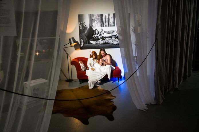 Hanneke Wetzer en haar nieuwe 'vriendin' in corona-tijden, de pop Nadiah.