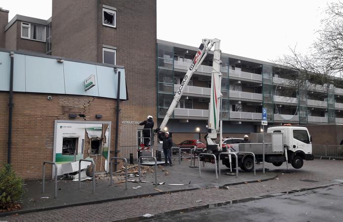 Experts doen onderzoek naar de schade aan de ontplofte pinautomaat in de Hoge Vucht in Breda.aan de