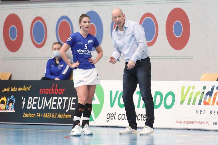 Fenna de Jong, zaterdag goed voor één goal namens Oost-Arnhem,  krijgt instructies van coach Ron Steenbergen.